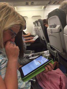 Ulrike lernt im Flugzeug